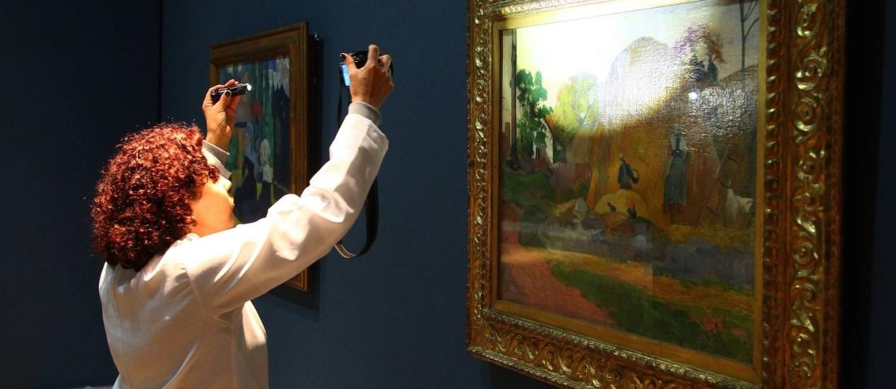 A meticulosa preparação de um dos quadros da exposição internacional que começa terça-feira Foto: Jorge William / O Globo