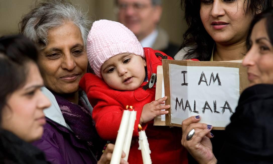 Mulheres e crianças fazem vigília pela recuperação de paquistanesa Malala Yousafzai em Birmingham, na Ingleterra, onde a adolescente está internada. Foto: Gavin Fogg/AFP