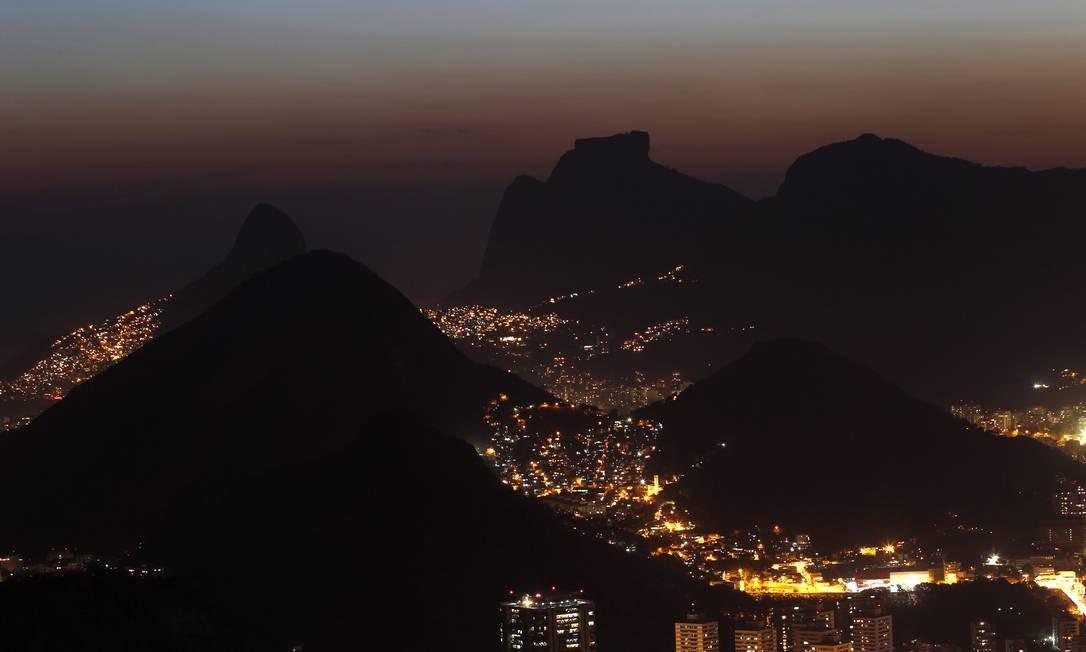 Visão panorâmica. A cadeia de montanhas surge em detalhes, vista do Pão de Açúcar, o ponto mais alto do passeio Foto: Custódio Coimbra / O Globo
