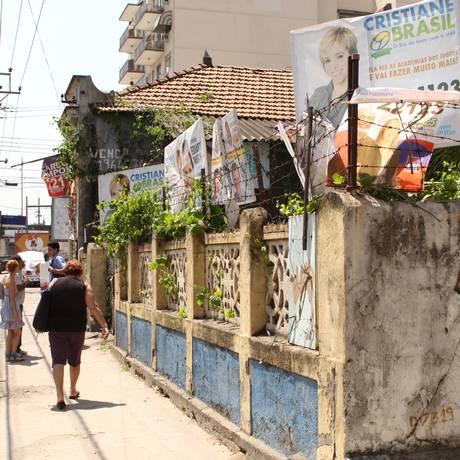 Na Penha, placas se acumulavam em terreno abandonado Foto: Bia Guedes