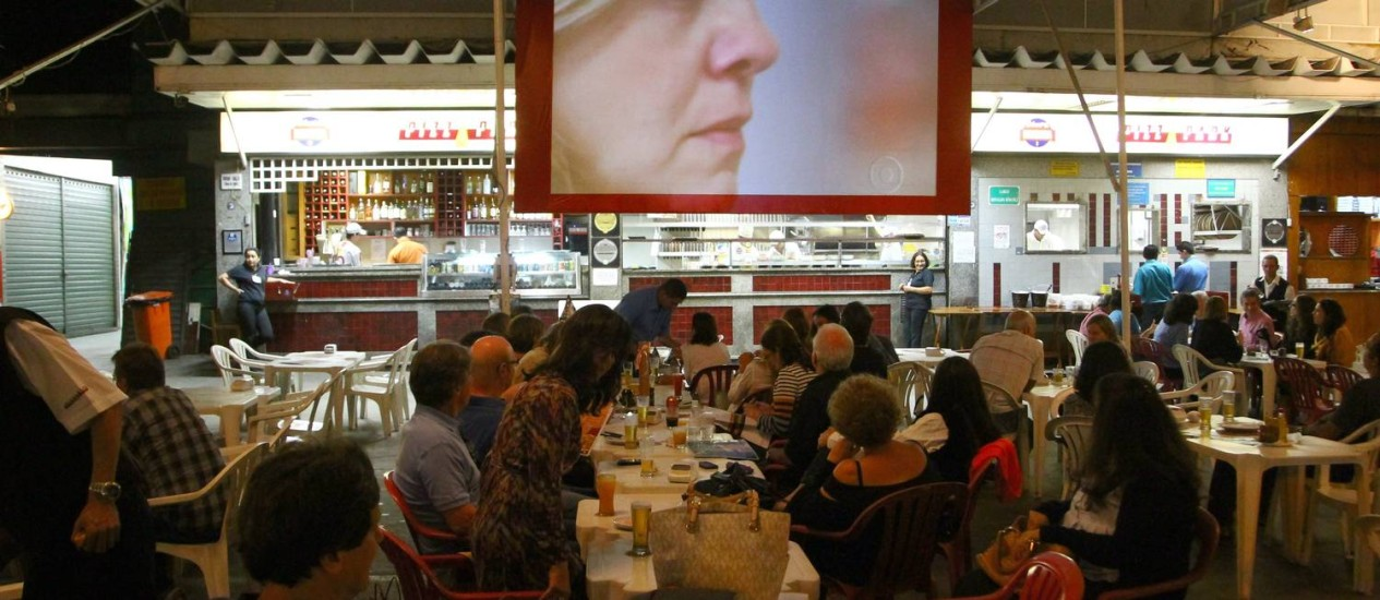 Na Cobal do Leblon, grupos se reuniram para ver a novela e ficaram de olho em Adriana Esteves Foto: Jorge William / O Globo