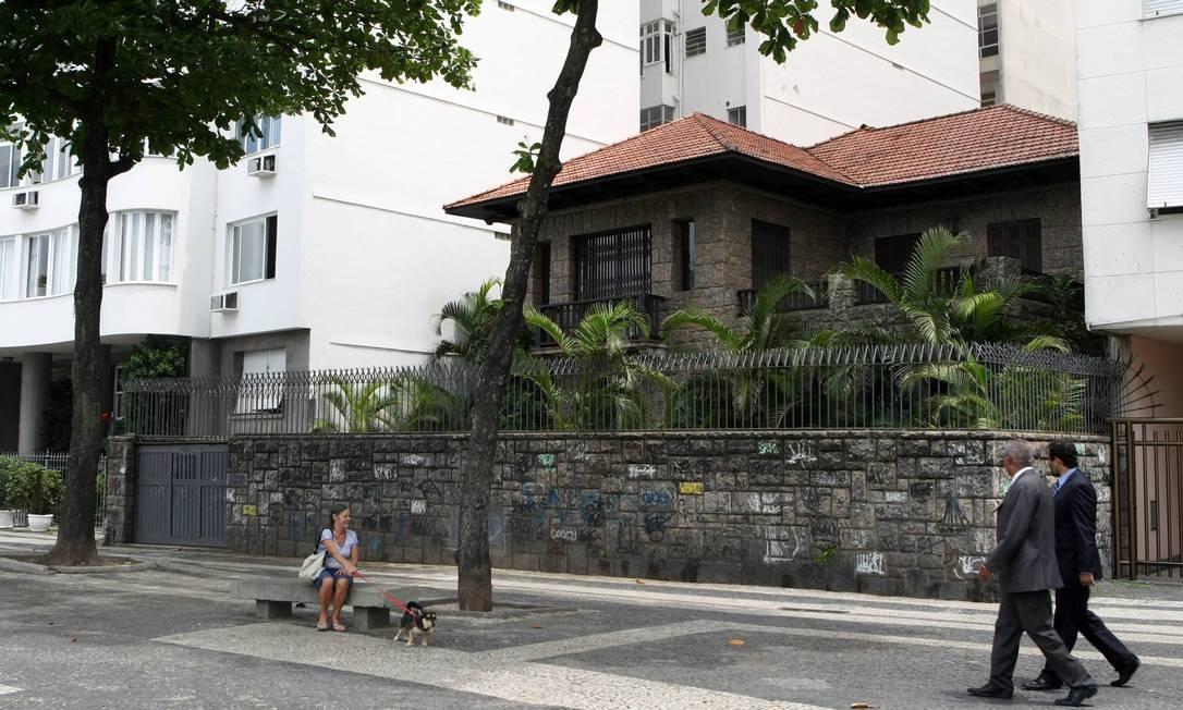 Ameaçada. A casa, que não é tombada, é a última da orla de Copacabana Foto: Gustavo Stephan / O Globo
