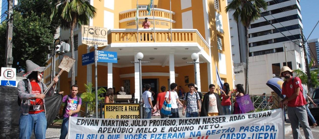 """Manifestantes em Natal (RN) pedem punição de vereadores condenados por """"vender"""" Plano Diretor, após a Operação Impacto, do MP Foto: DN/D.A Press/5-9-2011"""