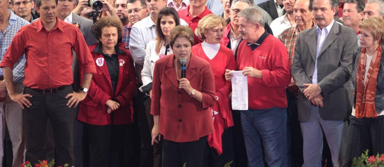O candidato do PT, Fernando Haddad, com o ex presidente Lula e a presidente Dilma Rousseff, durante comício em São Paulo Foto: Michel Filho / Agência O Globo