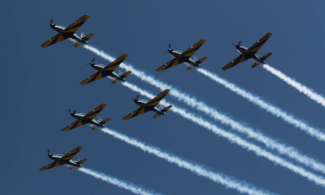 Sete aviões fazem manobra juntos no céu da Barra Gabriel de Paiva / Agência O Globo