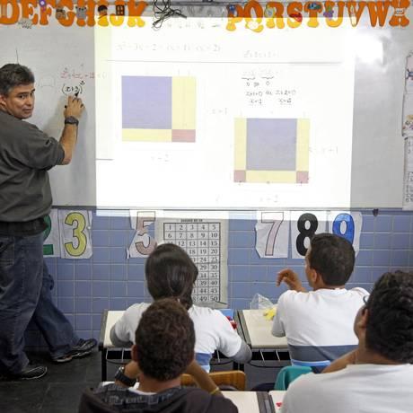 Luiz Felipe Lins ensina matemática a alunos da Escola Francis Hime, em Jacarepaguá Foto: Fabio Rossi / Agência O Globo