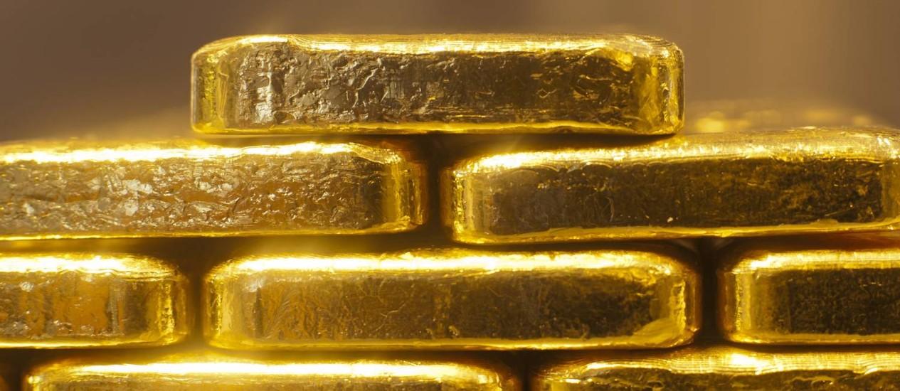 Barras de um quilo de ouro, amarzenadas na mesa de uma corretora de Munique, na Alemanha. Foto: Bloomberg