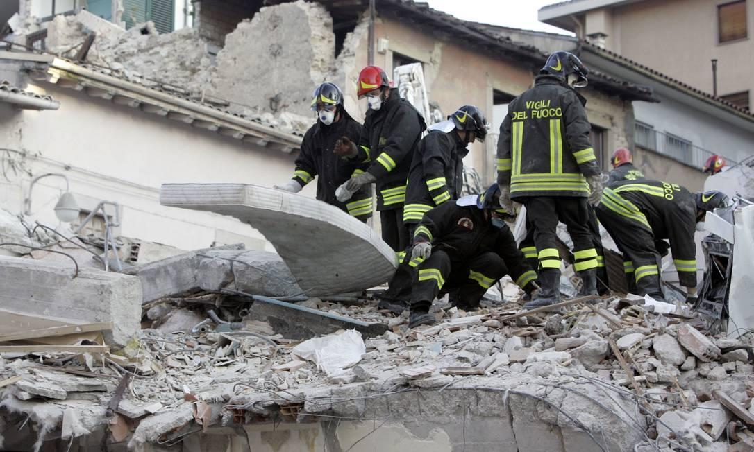 Bombeiros durante o trabalho de resgate em 2009, em Áquila: mais de 300 mortos e mil feridos Foto: AP/07-04-2009