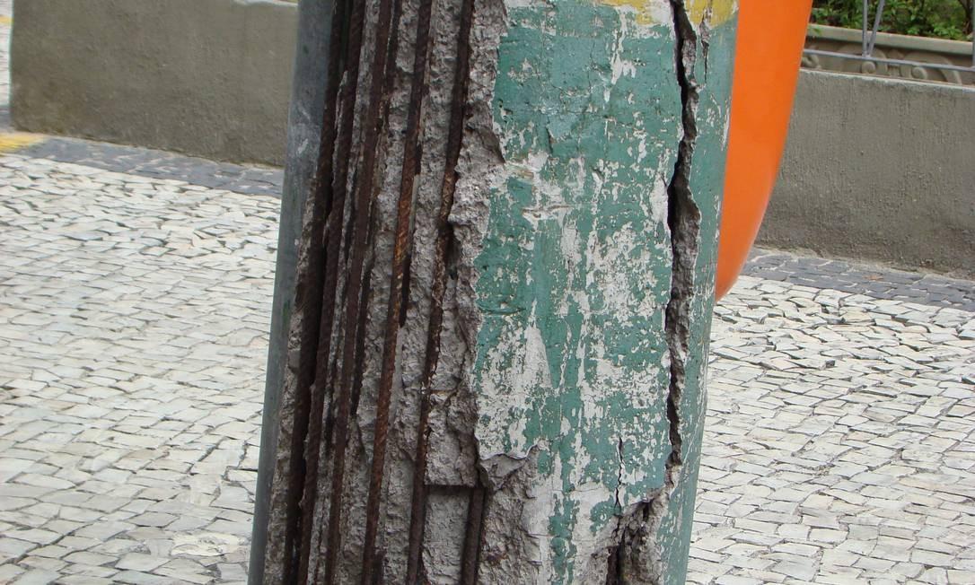 Camada de concreto do poste tem danos, expondo a estrutura de ferro e rachaduras Foto: Foto do leitor Helio Capanema Garcia