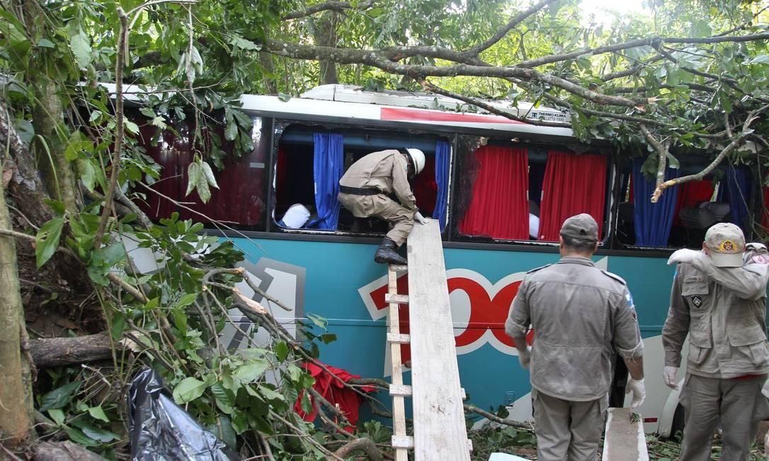 Bombeiros durante resgate às vítimas do acidente com ônibus da Viação 1001, na BR-116 (Rio-Teresópolis) Foto: Domingos Peixoto / O Globo