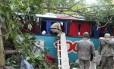 Bombeiros durante resgate às vítimas do acidente com ônibus da Viação 1001, na BR-116 (Rio-Teresópolis)