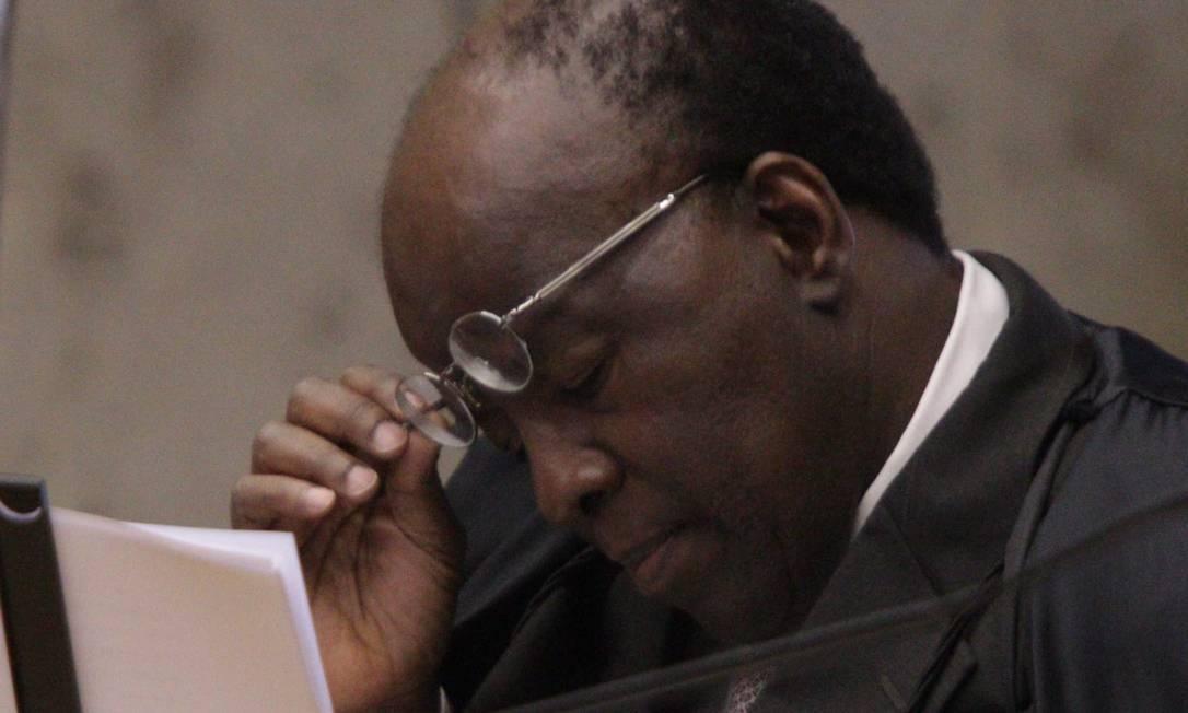 O ministro Joaquim Barbosa lê seu voto durante a dosimetria das penas tratada no STF Foto: André Coelho/O Globo
