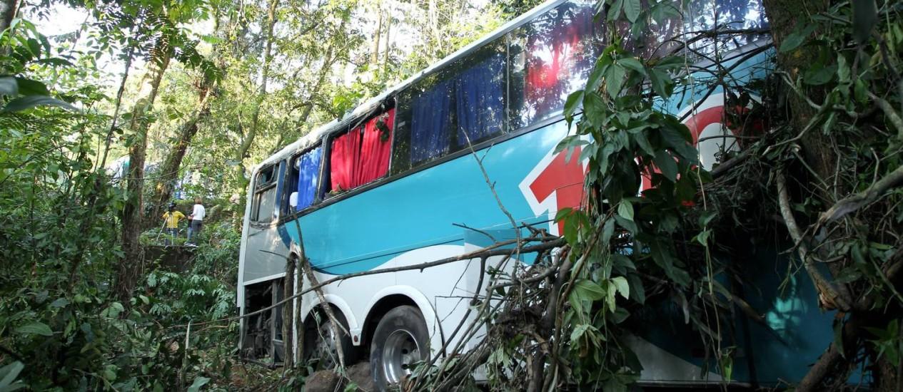 Sem freio. O ônibus da Auto Viação 1001 que se acidentou na BR-116, altura de Guapimirim, matando 14 pessoas Foto: Domingos Peixoto/22-10-2012 / O Globo