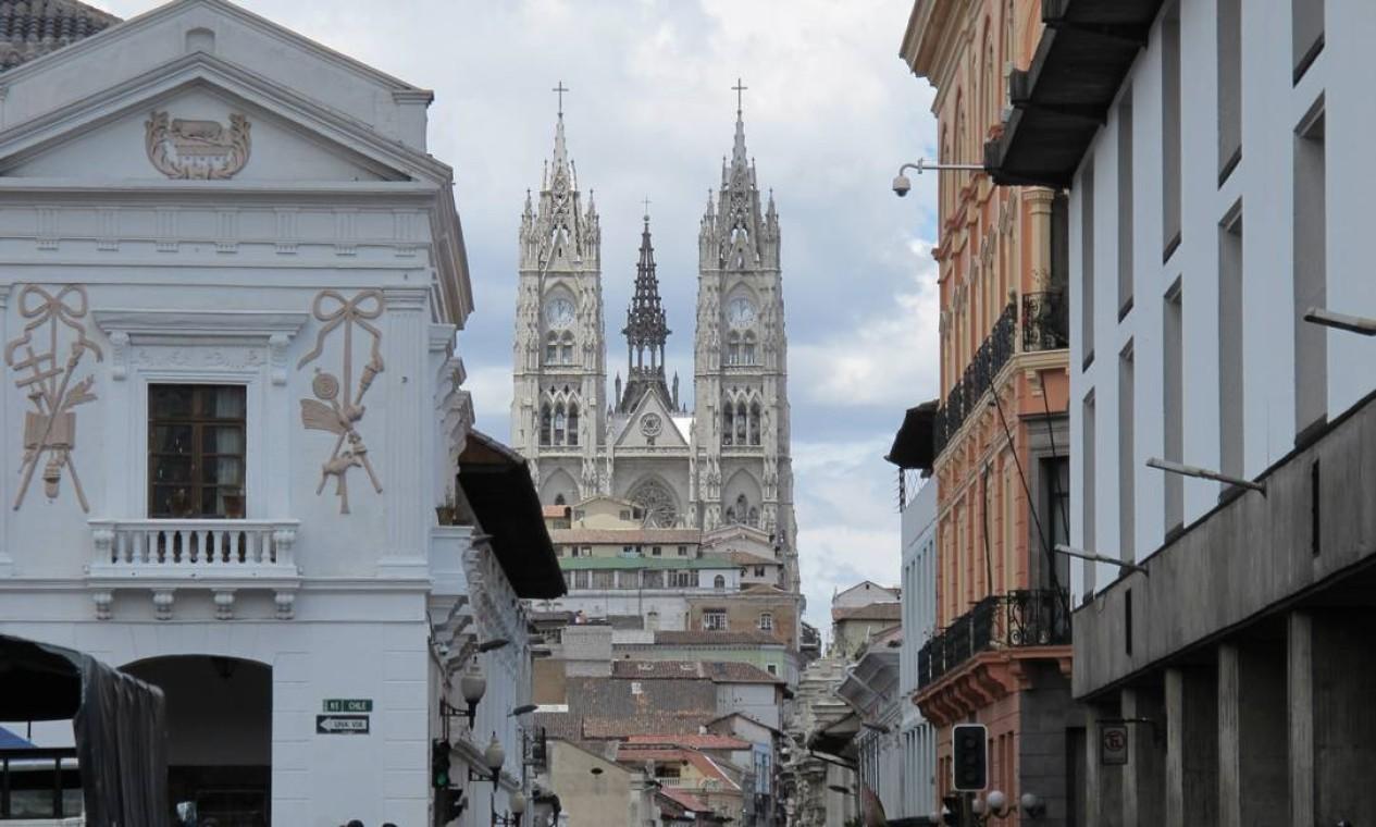 A Basília del Voto Nacional pode ser vista de diversos pontos do centro histórico de Quito, o maior da América Latina. Foto: Eduardo Maia / O Globo