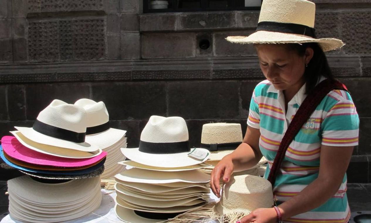 Vendedora de chapéu-panamá, uma instituição do Equador. Foto: Eduardo Maia / O Globo