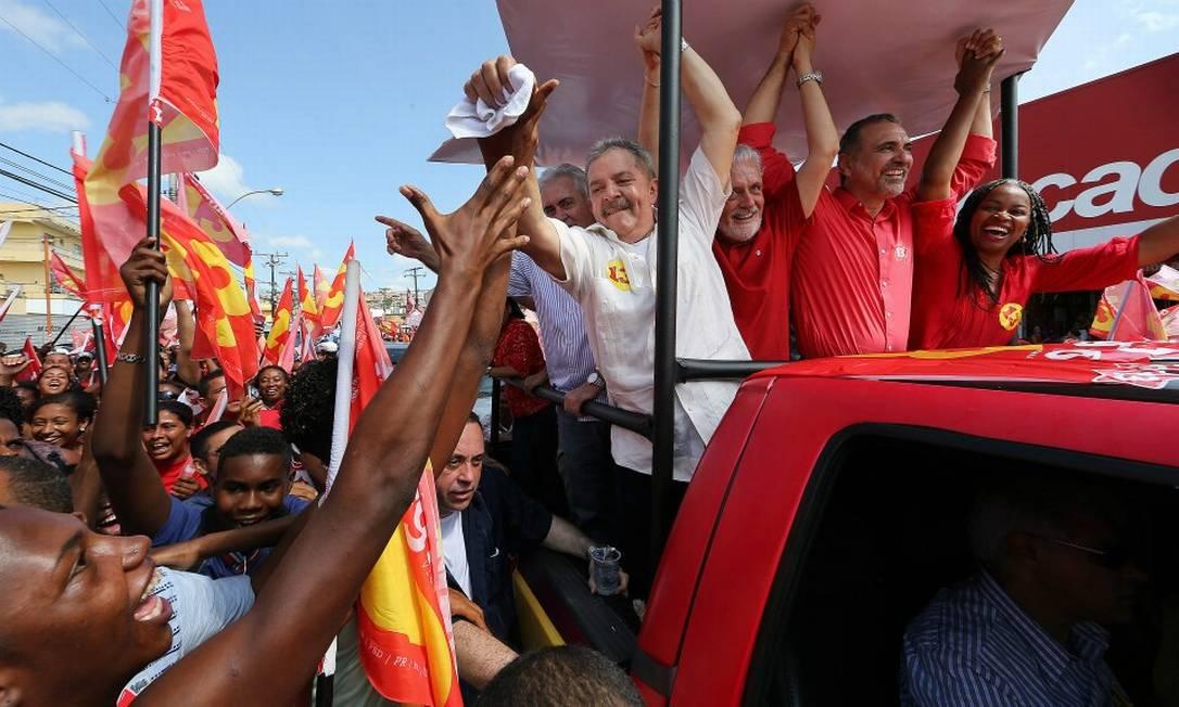 Lula em campanha em Salvador ao lado do governador Jaques Wagner e do candidato petista Foto: Ricardo Stuckert / Instituto Lula