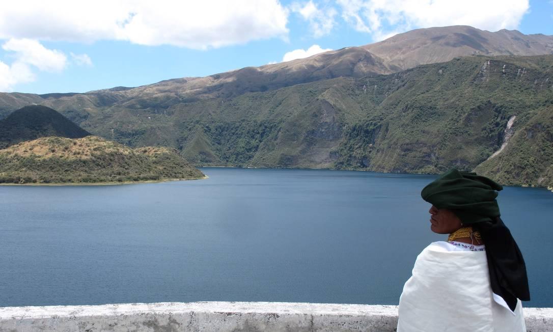 Mulher com traje típico no Lago Cuicocha, nos arredores de Otavalo, no Equador Foto: Eduardo Maia / O Globo