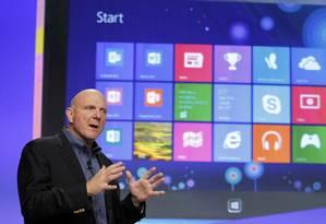 Steve Ballmer, presidente da Microsoft, diante da tela inicial do Windows 8 Foto: Reuters