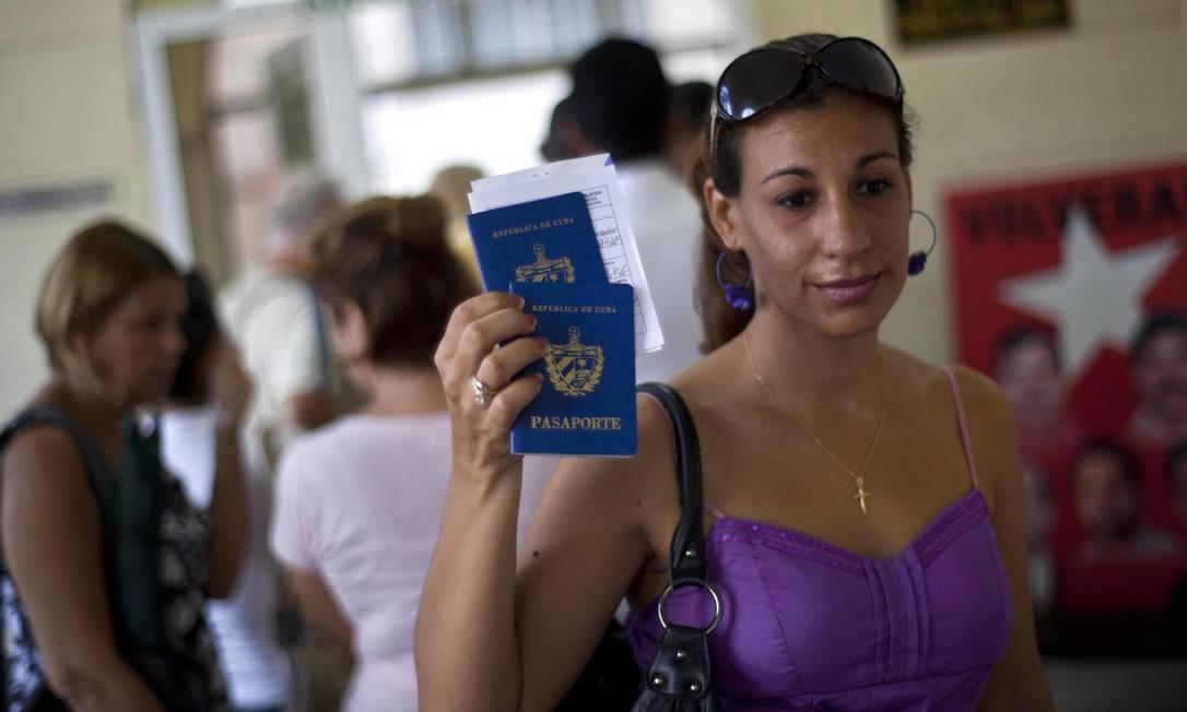 Mulher mostra seu passaporte num escritório de migração em Havana, Cuba: medidas flexibilizam saída e entrada de cubanos no país Foto: AP/16-10-2012