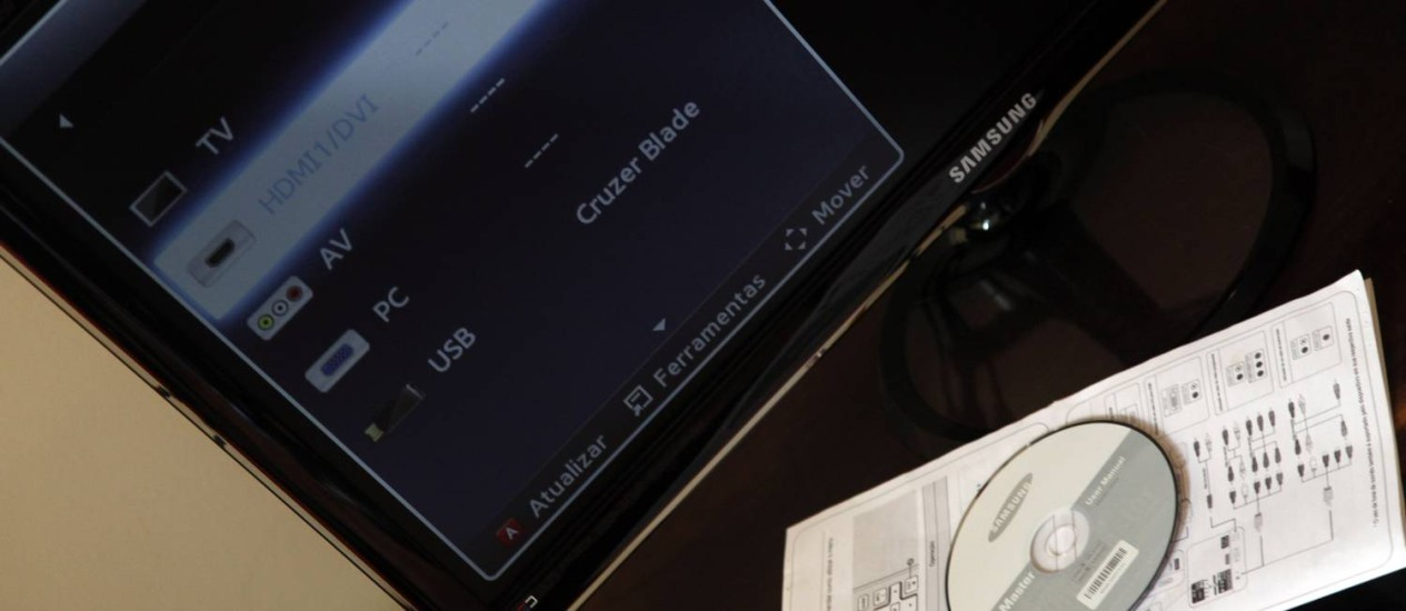 Manual impresso foi insuficiente para consumidora configurar o televisor e CD não rodou Foto: Fabio Rossi / Agência O Globo