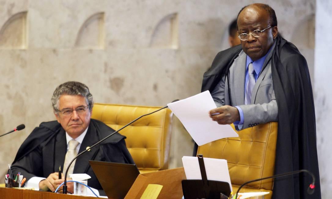 Os ministros Marco Aurélio Mello e o relator Joaquim Barbosa durante a sessão desta quinta-feira Foto: Gustavo Miranda/O Globo