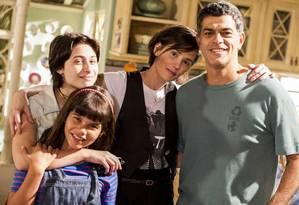 Laura Barreto, Luisa Arraes, Deborah Secco e Eduardo Moscovis em 'Louco por elas' Foto: TV Globo/Divulgação