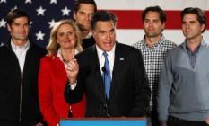 Mitt Romney e Ann apoiados pelos filhos Matt, Josh, Craig e Tagg, em Iowa: campanha em família Foto: WIN MCNAMEE / AFP