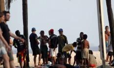 Vício na areia. Mais de uma dezena de usuários se reúne na Praia de Copacabana para cheirar cola de sapateiro. No grupo, havia menores de idade Foto: Domingos Peixoto / O Globo
