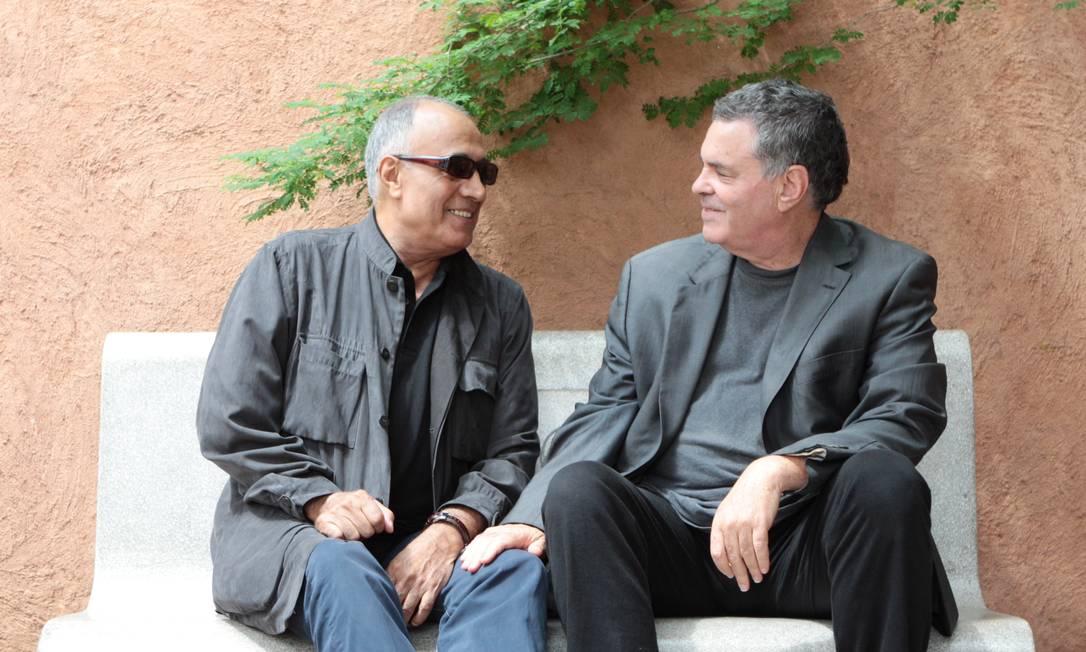 Convidados do festival de cinema, no qual exibem seus novos filmes, os diretores Abbas Kiarostami (à esquerda) e Amos Gitai são amigos há 20 anos: premiados pelo mundo, eles ainda travam batalha para serem aceitos em casa Foto: Michel Filho