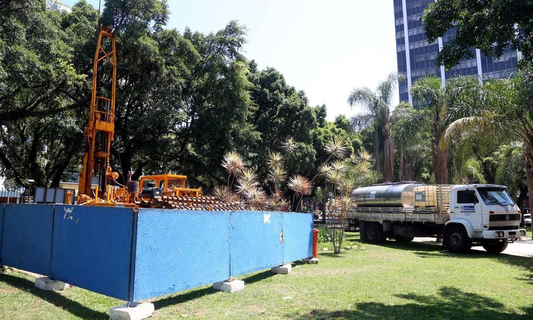Os tapumes do canteiro de obras da Linha 4 do Metrô na Praça Nossa Senhora da Paz, em Ipanema Foto: Camilla Maia / O Globo
