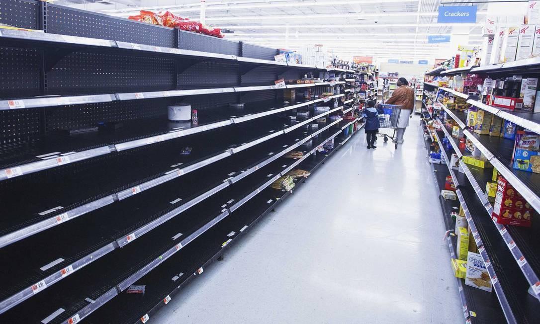 Preocupados com o furacão, moradores da Big Apple esvaziaram mercados e farmácias em busca de mantimentos Foto: LUCAS JACKSON / REUTERS