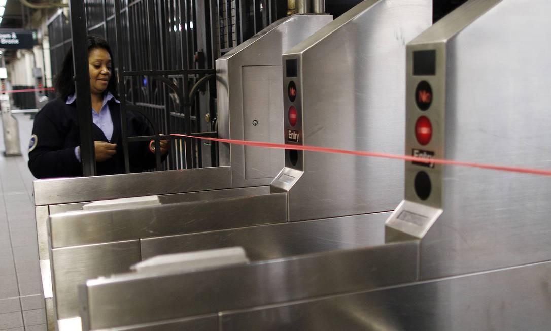 Os sistemas de transporte público foram suspensos desde as 19h de domingo. A previsão é que eles voltem a funcionar após a passagem da tormenta, na quarta-feira Foto: CARLO ALLEGRI / REUTERS