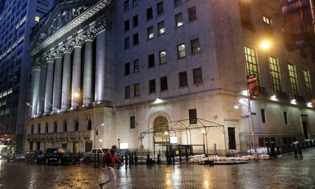 A Bolsa de Nova York cancelou completamente suas operações nesta segunda-feira Foto: Richard Drew / AP