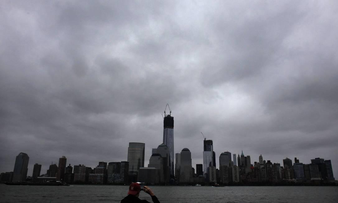 No fim do domingo, os céus da Big Apple já escureciam com o aproximar de Sandy Foto: EDUARDO MUNOZ / REUTERS