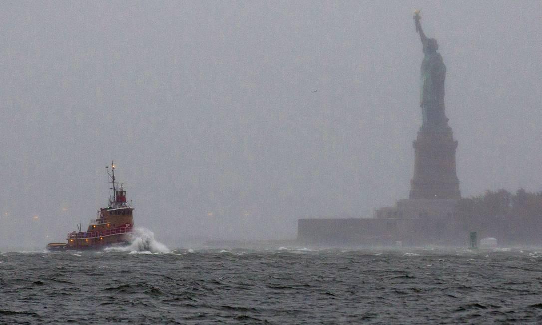 A Estátua da Liberdade quase encoberta por névoa e chuvas causadas pelo Sandy Foto: Reuters