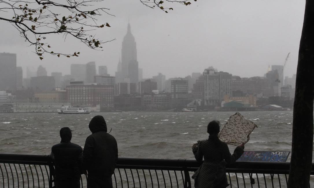 Moradores veem Nova York de um parque no Rio Hudson: paisagem mudada Foto: Reuters