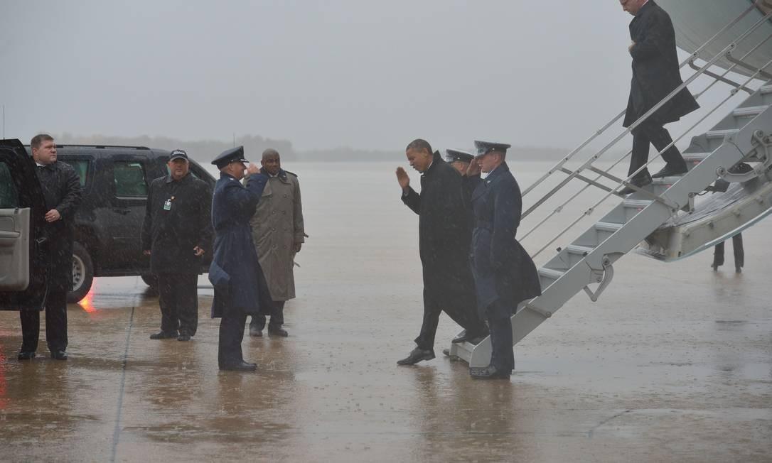 Obama desce do Airforce One, em Maryland: pausa forçada na campanha Foto: AFP