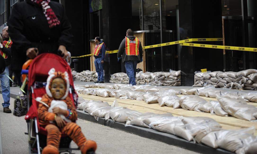 Sacos de areia são colocados no Battery Park, antes da chegada do furacão Foto: AP