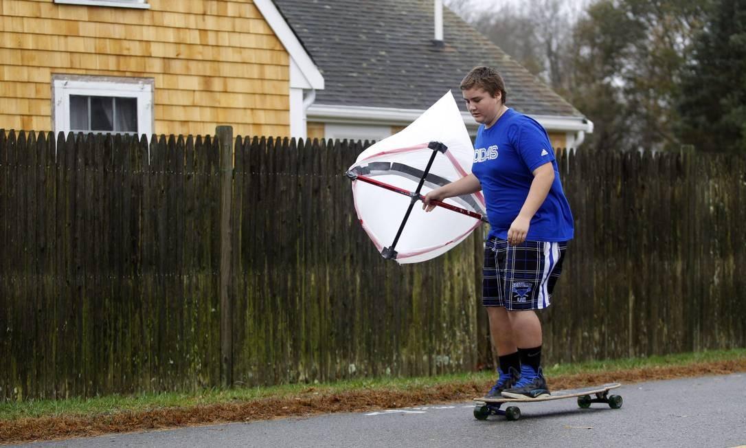 Garoto usa uma pipa e o vento para impulsionar o skate em Scituate, Massachusetts Foto: Reuters