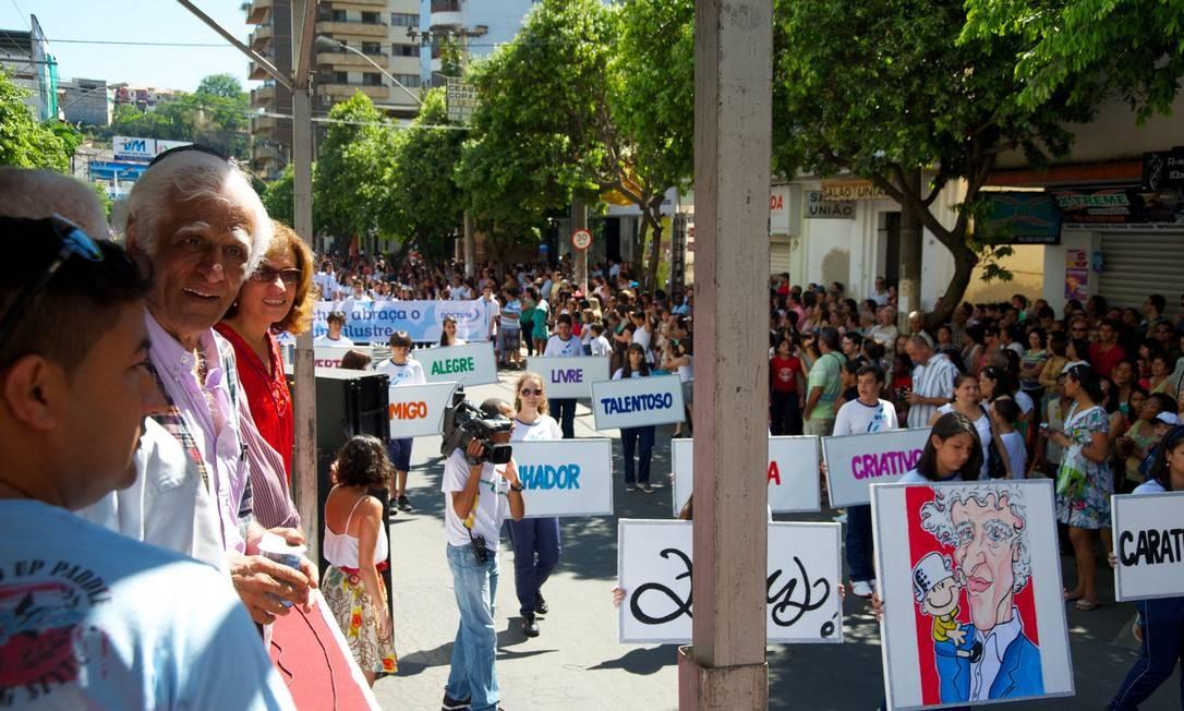 Para homenagear Ziraldo, a cidade preparou um grande desfile, assistido pelo artista de um palanque Sergio Abranches