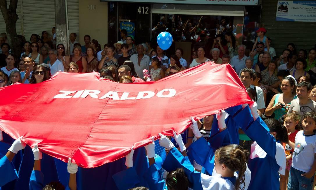 Deficientes auditivos levantam um coração em homenagem a Ziraldo, num dos grandes momentos de emoção da festa Foto: Sergio Abranches