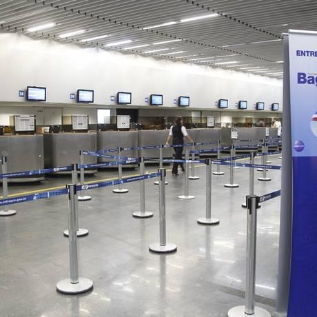 Área do check-in da companhia America Airlines no Aeroporto Internacional Tom Jobim, no Rio, ficou vazia após cancelamentos de voos Foto: Agência O Globo