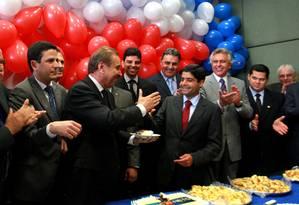 Festa. Em comemoração pela vitória, ACM Neto entrega o primeiro pedaço de bolo ao senador José Agripino Maia Foto: O Globo / Ailton de Freitas