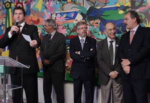 Entre cristais. Rui Falcão (segundo à direita) participou de festa do PT na Câmara dos Deputados, mas também ouviu reclamações dos senadores do partido Foto: O Globo / André Coelho