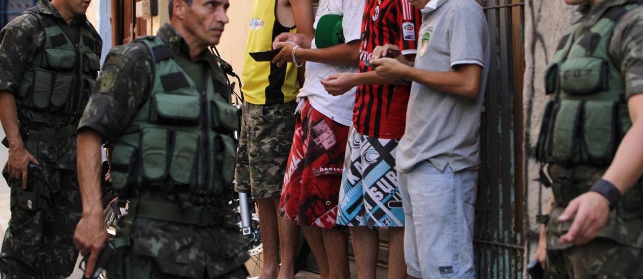 Saturação. Policiais fazem revista em moradores e suspeitos na favela de Paraisópolis Foto: O Globo / Michel Filho