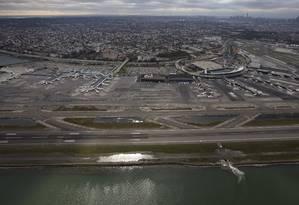 Vista do aeroporto de La Guardia, último a ser reaberto em NY nesta quinta-feira Foto: REUTERS/Adrees Latif