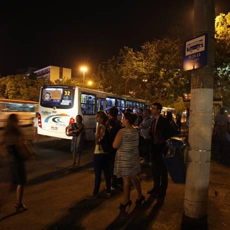 Poda irregular deixa abrigo na Avenida Rio Branco mal iluminado Foto: Márcio Alves