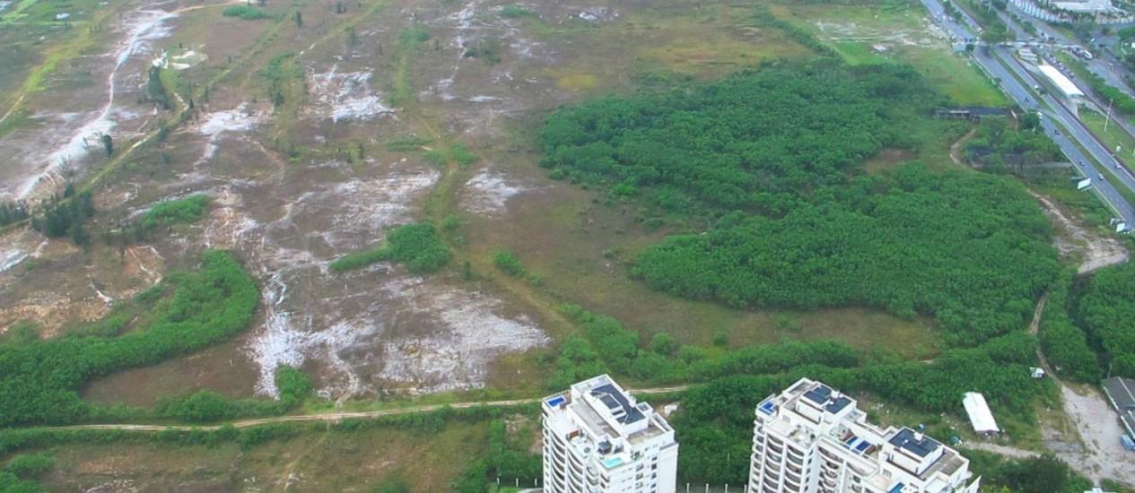 Em jogo. O terreno onde empresários contruiriam o campo de golfe olímpico que tomará uma área de preservação, em troca da expansão do Parque de Marapendi junto à orla Foto: Genilson Araújo / O Globo