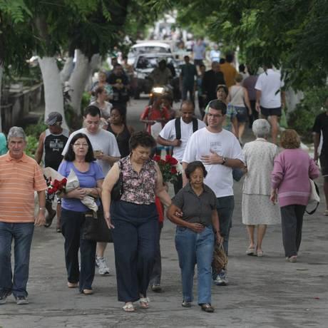 Fiéis lotam o cemitério São Francisco Xavier no Dia de Finados Foto: Thiago Lontra / Extra/Agência O Globo