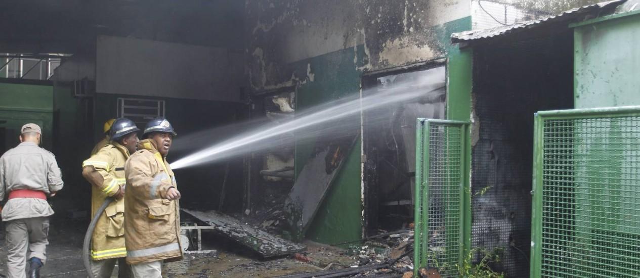 Bombeiros controlam o incêndio no antigo estúdio da Herbert Richards, na Tijuca Foto: Marcelo Carnaval / O Globo